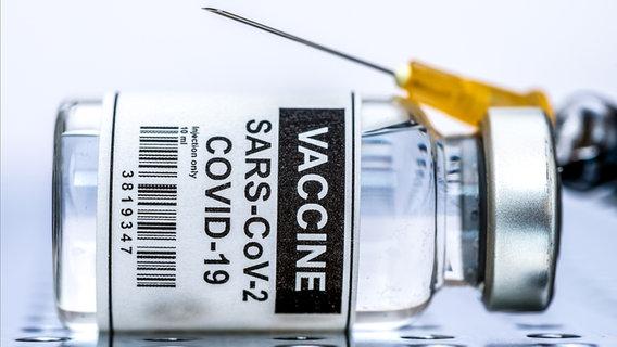 Ein Fläschchen mit Corona-Impfstoff. © Colourbox