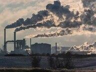 Dunkler Rauch steigt aus Schornsteinen einer Industrieanlage. © Fotolia.com Foto: Rico K.