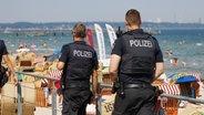 Polizeikontrolle am Strand an der Ostsee. © dpa Foto: Georg Wendt