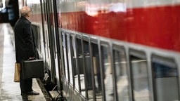 Ein Reisender wartet auf dem Hauptbahnhof in Hannover. © dpa-Bildfunk Foto: Peter Steffen
