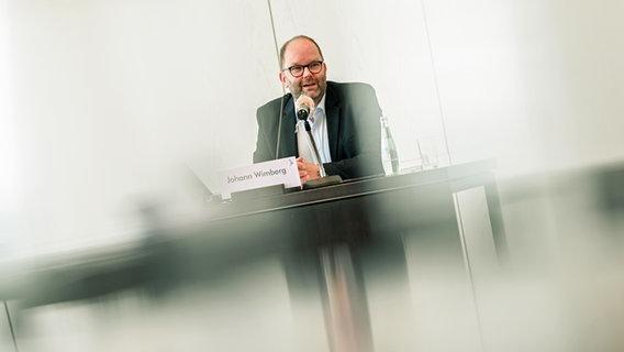 Johann Wimberg, Landrat Landkreis Cloppenburg, spricht während der Pressekonferenz im Kreishaus der Stadt Cloppenburg. © dpa-Bildfunk Foto: Mohssen Assanimoghaddam/dpa
