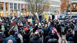 """Zahlreiche Teilnehmer einer Demonstration der Initiative """"Querdenken"""" gegen die Corona-Maßnahmen stehen auf dem Opernplatz. © dpa-Bildfunk Foto: Hauke-Christian Dittrich/dpa"""