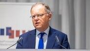 Stephan Weil (SPD), Ministerpräsident von Niedersachsen, spricht auf einer Kabinetts-Pressekonferenz der niedersächsischen Landesregierung zum geplanten weiteren Nachtragshaushalt. © dpa-Bildfunk Foto: Moritz Frankenberg/dpa