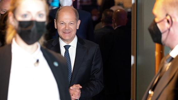 Olaf Scholz, Finanzminister und SPD-Kanzlerkandidat, geht nach der Berliner Runde des ZDF der Spitzenkandidaten und -kandidatinnen für die Bundestagswahl 2021 zu seinem Auto. © dpa-Bildfunk Foto: Wolfgang Kumm