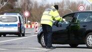 Un policier contrôle l'accès à la péninsule de Fischland-Darss-Zingst © imago images Photo: Jan Huebner
