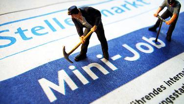 """Spielzeugpuppen """"arbeiten"""" auf einer Mini-Job-Anzeige. © NDR.de Foto: Frank Rumpenhorst"""