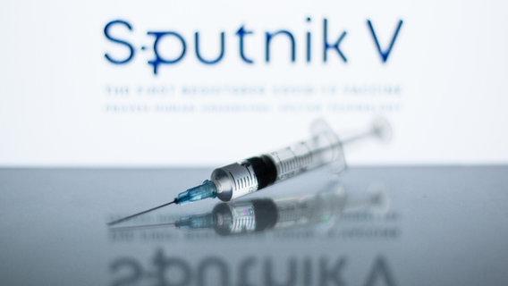 "Seringa com adesivo no fundo ""Sputnik f"" © picture alliance / ZUMAPRESS Foto: Thiago Prudencio"