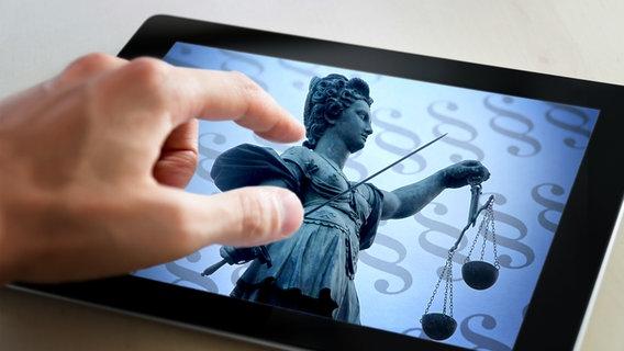 Tablet PC auf dem eine Abbildung der Justitia vor Paragraphenzeichen zu sehen ist (Bildmontage) © imago, Fotolia.com Foto: Ralph Peters, CTK Photo, bloomua