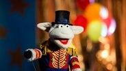 Alarm im Zirkus, Folge 4: 139_3_Wolle empfängt die Zuschauer als Direktor © NDR Foto: Thorsten Jander