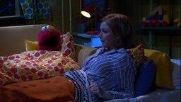 Julia hilft Elmo beim Einschlafen © NDR/Sesame Workshop Foto: NDR