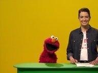 Elmo steht neben Linda Zervakis an einem Pult für Nachrichtensprecher © NDR/Sesame Workshop Foto: NDR
