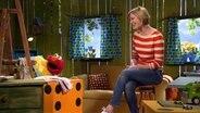 Elmo zeigt Julia ein Bild, das er von ihr gemalt hat. © NDR/Sesame Workshop Foto: NDR