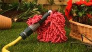 Folge 18. Schießbudenmatsch: Wisch inspiziert den Gartenschlauch © NDR Foto: Screenshot