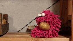 Folge 11. Kartoffelkegeln: Wisch hat eine Kartoffel abbekommen © NDR Foto: Screenshot
