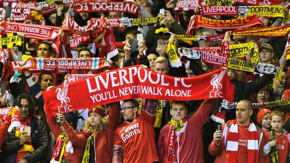 Fans des FC Liverpool mit einer YOU'LL NEVER WALK ALONE-Fahne. © picture alliance / GES/Marvin Guengoer | Marvin Guengoer Foto:  Marvin Guengoer