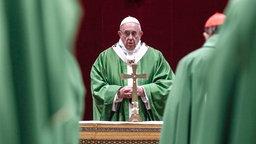 Papst Franziskus (M) feiert eine Messe zum Abschluss des Gipfeltreffens der Katholischen Kirche zum Thema Missbrauch. © ANSA/dpa Foto: Giuseppe Lami