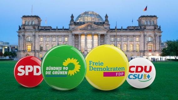 Die Logos von SPD, Die Grünen, FDP und CDU/CSU vor dem Reichstagsgebäude (Montage) © picture alliance Foto: Daniel Kalker, image Broker/Carsten Reisinger