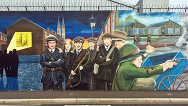 Wandbild in Belfast zeigt uniformierte bewaffnete Männer © NDR Foto: Jens-Peter Marquardt