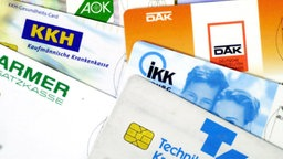 Versichertenkarten verschiedener deutscher Krankenkassen © dpa Foto: Oliver Berg