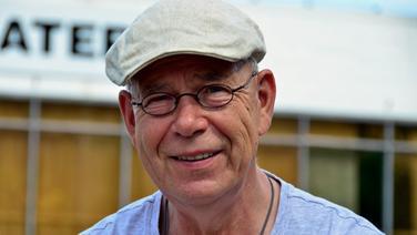 Joachim Kümmritz, Intendant des Volkstheaters Rostock, lächelt in die Kamera © Volkstheater Rostock Foto: Dorit Gätjen