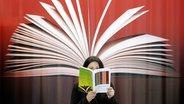 Nahaufnahme eines aufgeschlagenen Buches. © picture alliance/dpa report Foto: Lehtikuva Ismo Pekkarinen