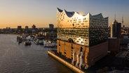 Elbphilharmonie in the evening light © picture alliance / HOCH ZWEI |  Juergen Tap