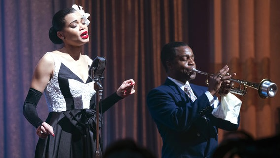 "Andra Day singt in ihrer Rolle als Jazz-Ikone Billie Holiday in Lee Daniels Film ""United States vs Billie Holiday"", rechts ist Kevin Hanchard als Louis Armstrong zu sehen © Paramount/Courtesy Everett Collection Foto: Takashi Seida"