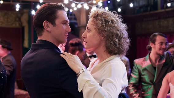 """Dan Stevens dances with Maren Eggert in a scene from Maria Schrader's Berlinale competition film """"I am your human"""" © Christine Frenzl / Majestic Foto: Christine Frenzl"""