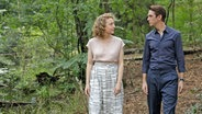 """Dan Stevens walks with Maren Eggert in the forest in a scene from Maria Schrader's Berlinale competition film """"I am your human"""", in the cinema from July 1st © Christine Frenzl / Majestic Photo: Christine Frenzl"""