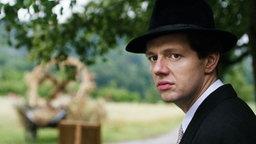 """Filmstill aus """"Elser"""": Georg Elser (Christian Friedel), ein Außenseiter in seinem Heimatdorf Königsbronn. © Lucky Bird Pictures"""