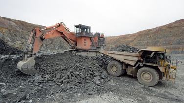 Bagger schaufeln in einer Mine <a class=