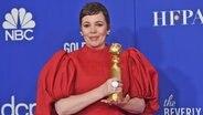 Die Britin Olivia Colman bei der Preisverleihung der Golden Globes 2020 in Hollywood mit ihrem Preis in der Hand © Chris Pizzello/Invision/AP/dpa-Bildfunk