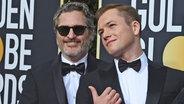 Joaquin Phoenix (links) und der Brite Taron Egerton bei der Preisverleihung der Golden Globes 2020 in Hollywood © Chris Pizzello/Invision/AP/dpa-Bildfunk