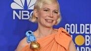 Die Schauspielerin Michelle Williams erhält in Beverly Hills einen Golden Globe für ihre rolle in der Serie