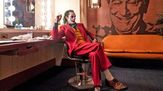 "Joaquin Phoenix als Arthur Fleck/Joker in einer Szene des Films ""Joker"". © Niko Tavernise/Warner Bros. Entertainment/dpa"