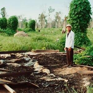 In Kambodscha steht ein vom Landraub Betroffener auf den Trümmern seines zerstörten Hauses. © Movienet Film GmbH
