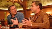 "Brad Pitt als Cliff Booth (links) und Leonardo DiCaprio als Rick Dalton (r.) in einer Bar zum Film ""Once Upon A Time in Hollywood"" von Quentin Tarantino © 2019 Sony Pictures Entertainment Deutschland GmbH"