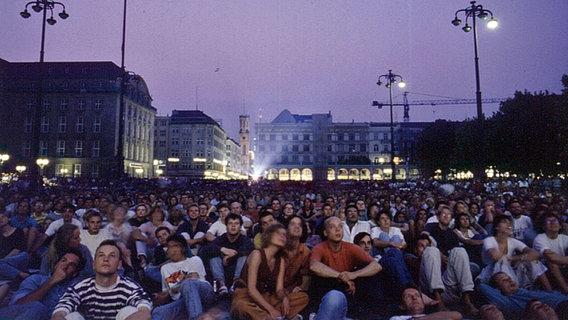 Hunderte Besucher sitzen beim Freiluftkino auf dem Hamburger Rathausmarkt. © Martin Aust Foto: Martin Aust
