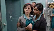 "Sally Hawkins (Elisa, links) und Octavia Spencer (Zelda) im dem Spielfilm ""Shape Of Water"" von Guillermo del Toro © 2017 Twentieth Century Fox Film Corporation"