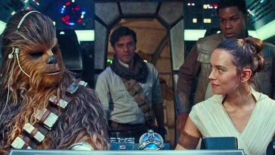 """Chewbacca, Poe, Fin und Rey im Millenium Falcon - Szene aus """"Star Wars 9 - Der Aufstieg Skywalkers"""" © 2019 Lucasfilm Ltd. & â""""¢, All Rights Reserved"""