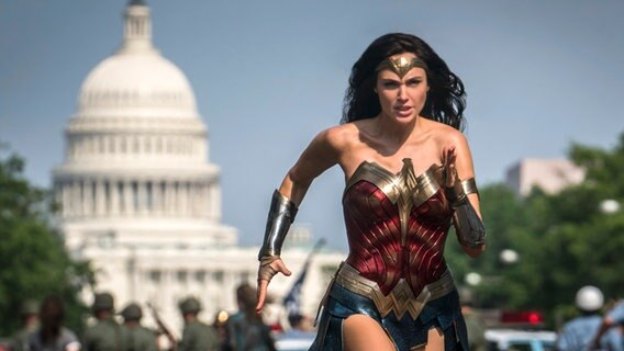 "Diana alias Wonder Woman sprintet in Washington über die Straße - Szene aus ""Wonder Woman 1984""  von Patty Jenkins ©  2020 WARNER BROS. ENTERTAINMENT INC Foto: Clay Enos / DC Comics"