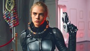 """Filmszene mit Cara Delevingne als Laureline aus Luc Bessons Sci-Fi-Abenteuer """"Valerian - Die Stadt der tausend Planeten"""" © Universum Film"""