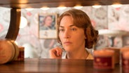"Kate Winslet in Woody Allens Film ""Wonder Wheel"" © 2016 Warner Bros. Ent."
