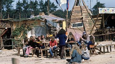 """Einige Bewohner der """"Freien Republik Wendland"""" bei Gorleben, 7. Mai 1980 © dpa - Bildarchiv Foto: Dieter Klar"""