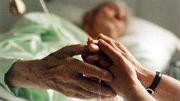 alter Mensch im Krankenbett © picture alliance Fotograf: Ines Baier