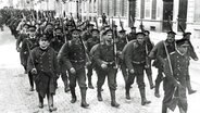 Deutsche Soldaten marschieren 1914 in Brüssel ein. © picture alliance/Mary Evans Picture Library