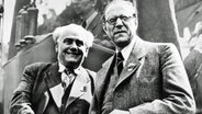 Wilhelm Pieck (links) und Otto Grotewohl am 11. Oktober 1949. © picture-alliance/akg-images