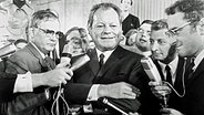 Willy Brandt umringt von Journalisten nach der Bundestagswahl 1969. © picture-alliance/ dpa