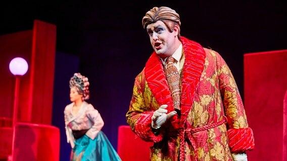 """Martin Summer Sam Makintosh szerepében a """"Märchen im Grand-Hotel"""" operettben a hamburgi Állami Operaház színpadán.  © Hamburg State Opera Fotó: Brinkhoff / Mögenburg"""
