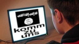"""Ein Jugendlicher sitzt vor einem Bildschirm eines PCs mit Flagge des IS und Schriftzug """"komm zu uns"""". © imago"""